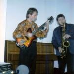 Grzesio Janus to jeden z najzdolniejszych muzyków jakich znam. Ze znakomitym słuchem, wrażliwością i muzykalnością. Świetny gitarzysta, który opanował i doprowadził do perfekcji własną technikę gry na gitarze, rzucającą na kolana innych gitarzystów i wprawiającą w zachwyt zorientowanych słuchaczy. Doceniony przez profesjonalistów na festiwalu Jazz Juniors w Krakowie, gdzie otrzymał indywidualne wyróżnienie. Ma zainteresowania lutnicze: konstruuje, rzerabia i jest w stanie popawić niemal każdą gitarę...
